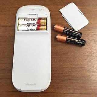 去年の8月から使ってることマウス、初めて電池切れに。随分長く持ちますね。 新しいバッテリーで、復活! | by TOMAKI