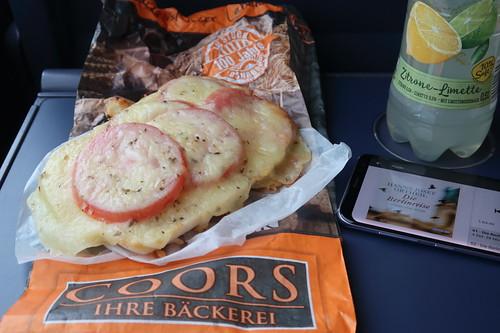 Ciabatta mit Tomaten und Käse von der Bäckerei Coors (Osnabrück Hbf) zu ViO Bio Limo Zitrone-Limette als Mittagsimbiss auf Zugfahrt nach Berlin