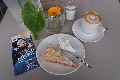 Johannisbeer-Baiser-Torte und Cappuccino im Café Dix in der Berlinischen Galerie