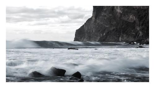 Olas bajo el acantilado.Gomera.   by ciromendez2