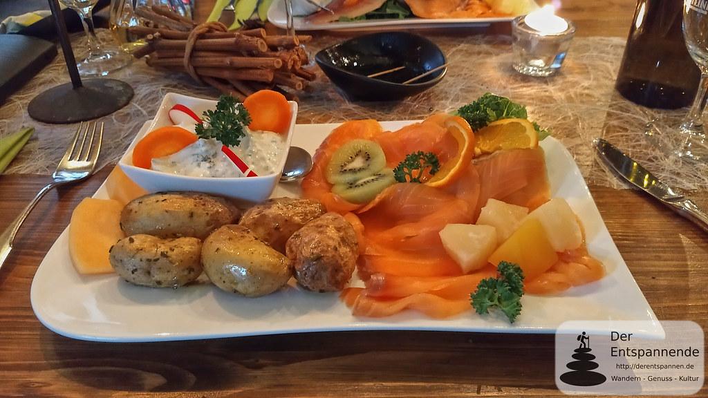 Räucher-Lachs mit Rosmarin-Backkartöffelchen und Kräuterquark (Winzerhof Gietzen)