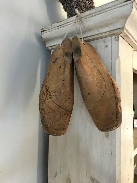 Houten schoenmal aan de kast