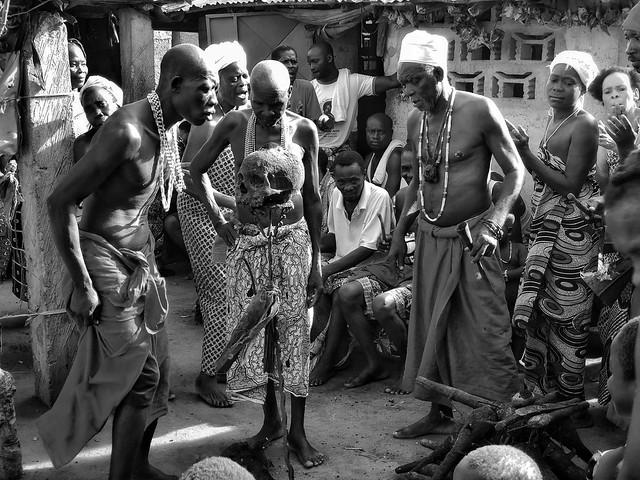 Ritual vudú en un templo de Shanghó en Benín