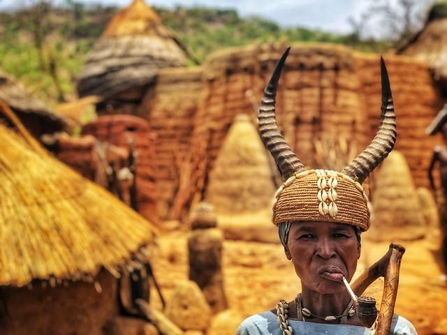 Mujer somba o tamberma de una aldea de Togo en el valle de Koutamakou