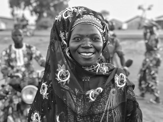 Fotografía en blanco y negro de una mujer taneka en Benín