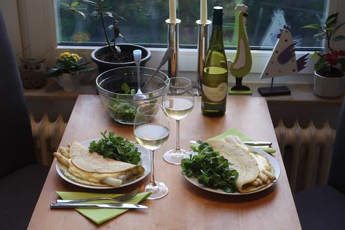 Weißer Spargel in Schnittlauchpfannkuchen mit Feldsalat (Tischbild)