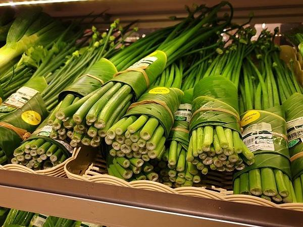 1554979055-banana_leaves_as_plasic_alternative_thailand_supermarket_rimpig