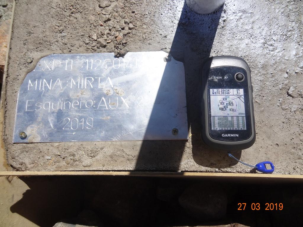 Azules - Mojón con número de expediente, nombre de mina y coordenadas