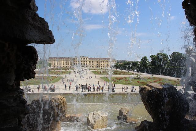 Blick durch das Wasser des Neptunbrunnens zum Schloss Schönbrunn