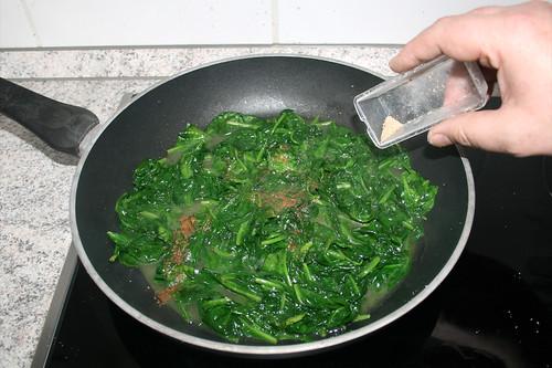 05 - Mit Salz, Pfeffer & Muskatnuss würzen / Season with salt, pepper & nutmeg