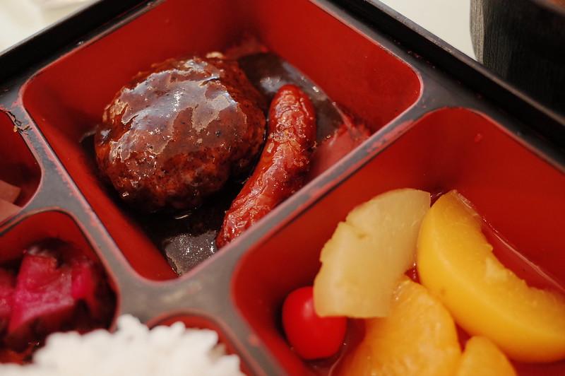 池袋東口グリルタカセ洋食弁当ハンバーグ ソーセージ フルーツ缶