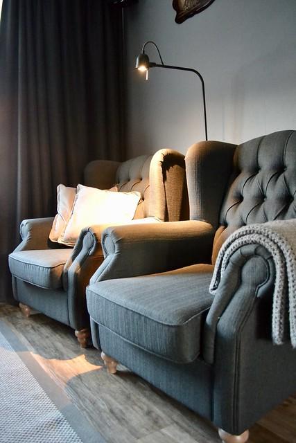 Leeslamp landelijke fauteuils kussens plaid