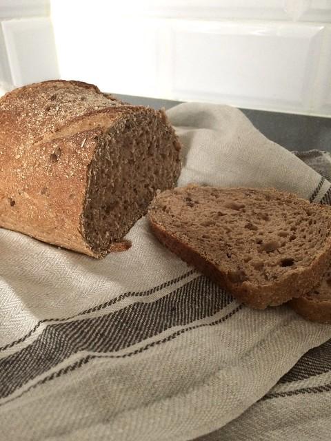 Brood op linnen theedoek op het aanrecht