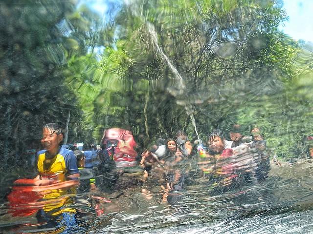 Festejo del sábado de gloria con un bautismo de agua. México