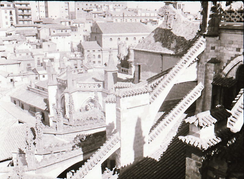 Arbotantes. Vista tomada desde las zonas superiores de la Catedral de Toledo en los años 60. Fotografía de Victoriano de Tena Sardón