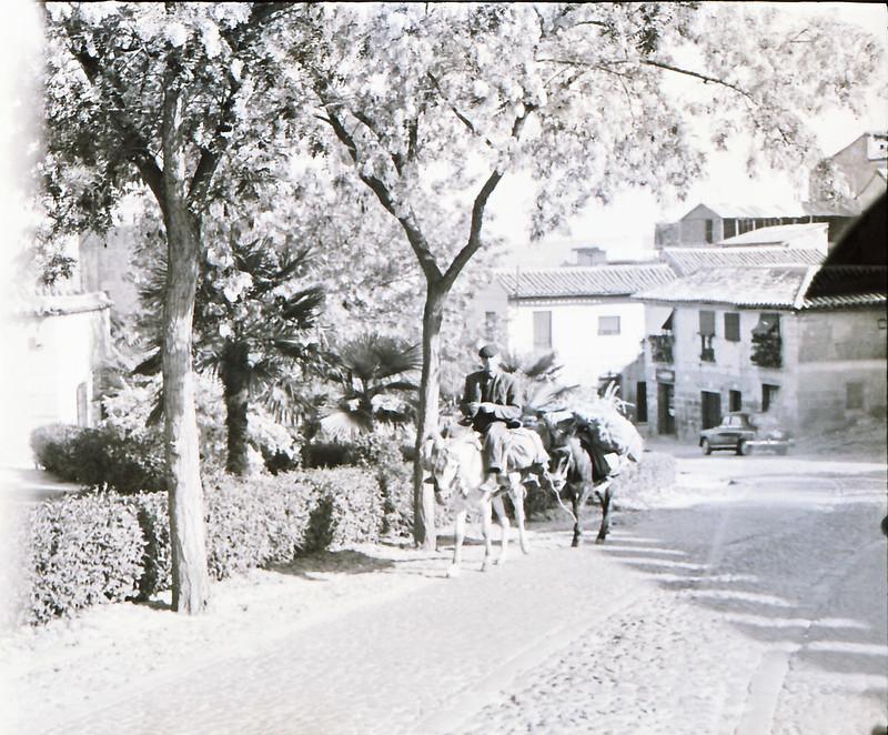 Subida de San Martín hacia San Juan de los Reyes en los años 50 con burros. Fotografía de Victoriano de Tena Sardón