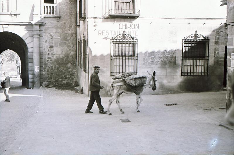 Un burro junto a la puerta del Cambrón a mediados del siglo XX. Fotografía de Victoriano de Tena Sardón