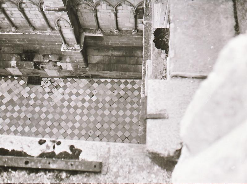 Acceso por la Puerta del Reloj. Vista tomada desde las zonas superiores de la catedral en los años 60. Fotografía de Victoriano de Tena Sardón