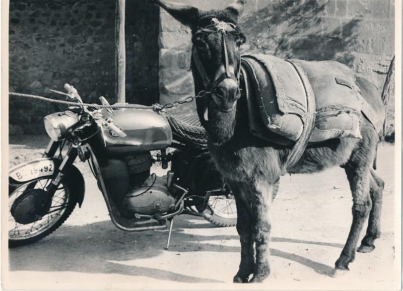 Un burro y una moto junto a las murallas de Toledo en los años 60. Fotografía de Victoriano de Tena Sardón