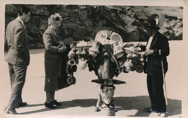 Vendedor de cerámica en Toledo a mediados del siglo XX. Fotografía de Victoriano de Tena Sardón
