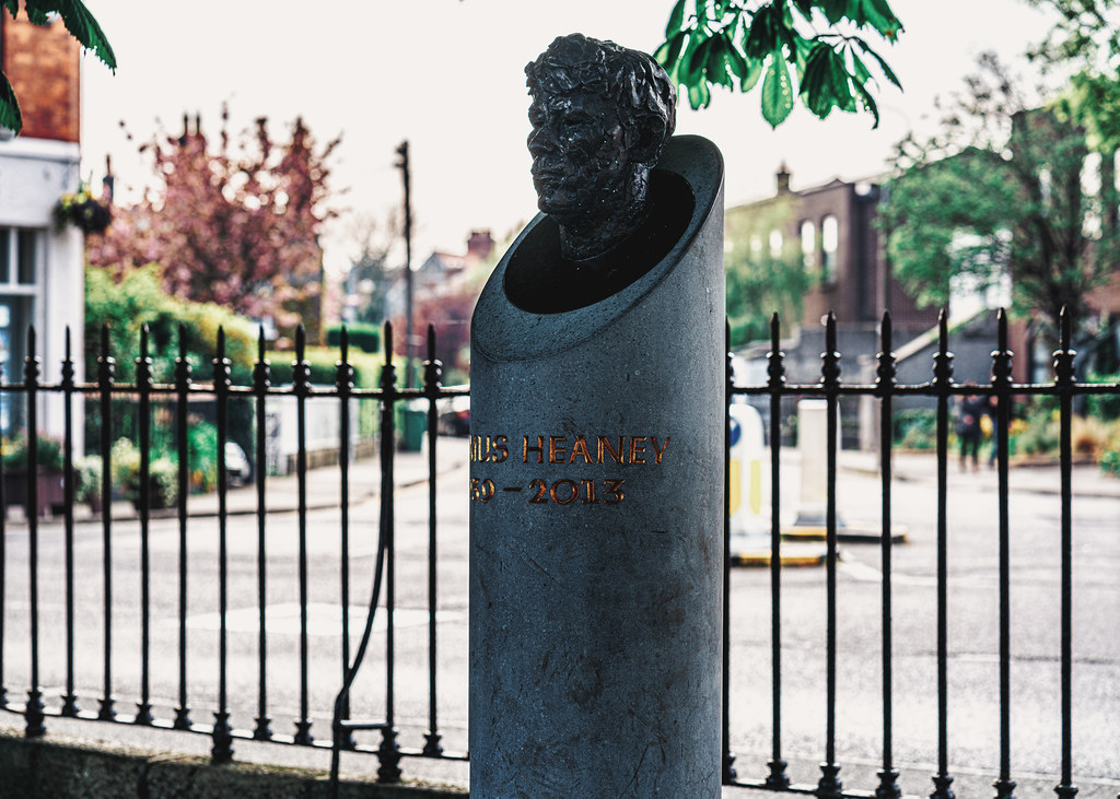 BUST OF SEAMUS HEANEY BY CAROLYN MULHOLLAND IN SANDYMOUNT GREEN  001