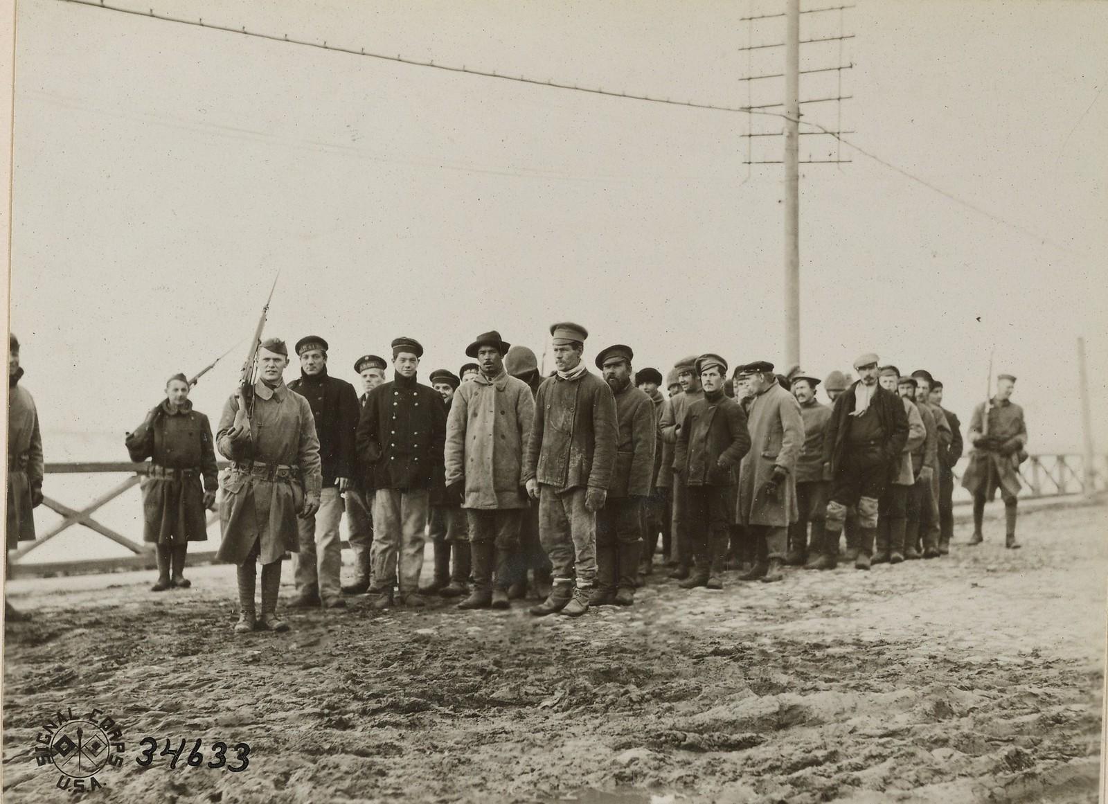 Архангельск. Пленных большевиков ведут по одной из городских улиц
