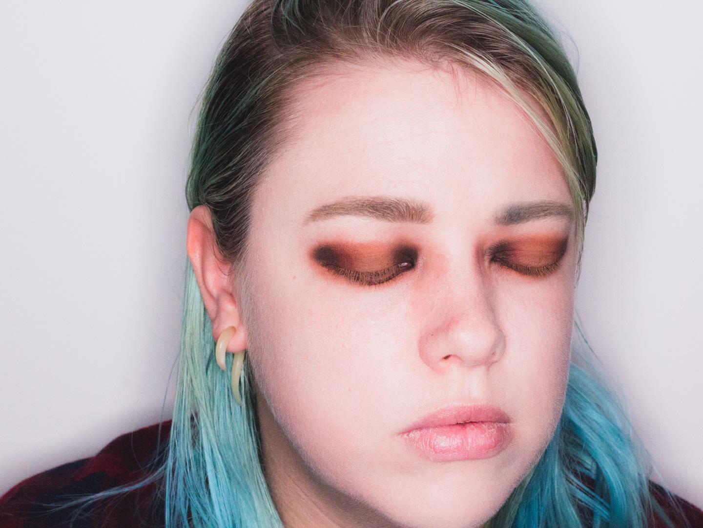Zwarte oogschaduw aangebracht