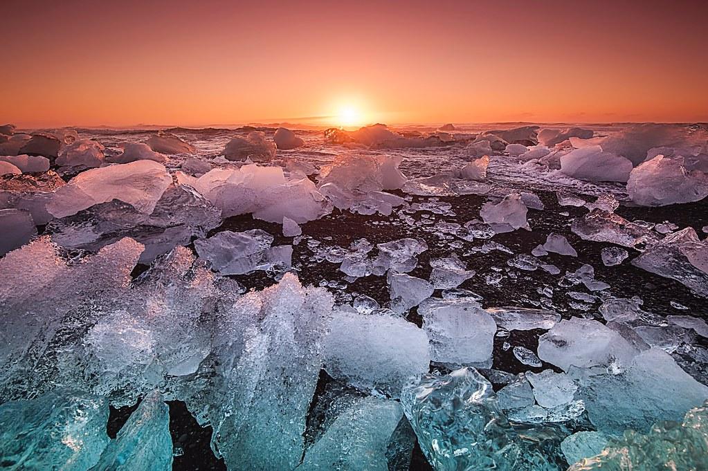 永久凍土融化,日光反射率減少,將導致昂貴的氣候成本。Photo by v2osk on Unsplash