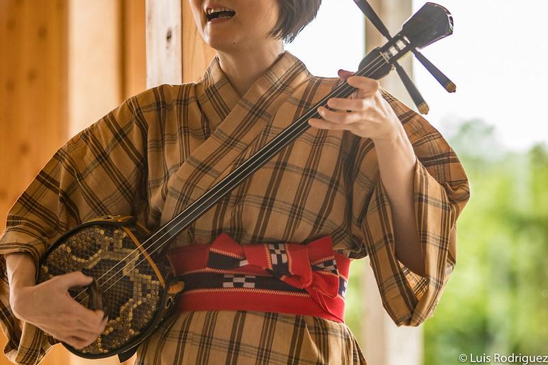 Espectáculo de sanshin, precursor del shamisen, en el hotel Hoshinoya Taketomi Island, en Okinawa