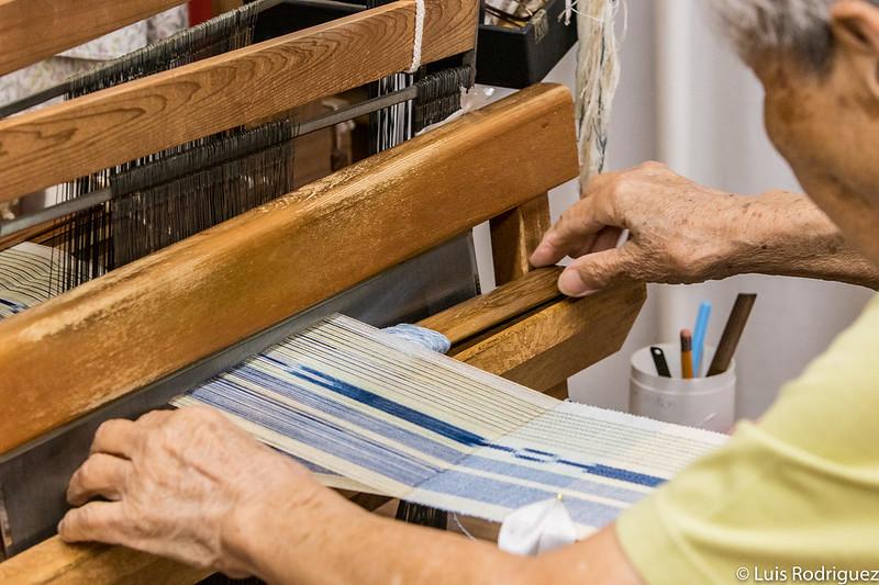Artesana en Taketomi (Okinawa) tejiendo a mano