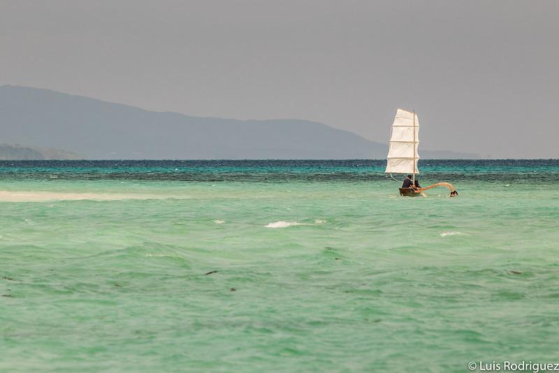 Barco tradicional en la playa Kondoi