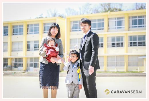 小学校入学式 校舎の前で家族写真