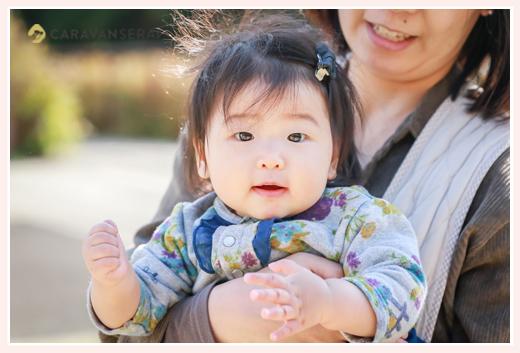 ママに抱っこされる女の子赤ちゃん