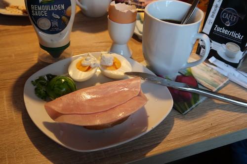 Kochschinken auf Brötchen zum Osterei