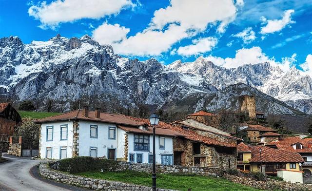 Mogrovejo al pie de los Picos de Europa. Cantabria
