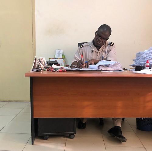 Policía preparando nuestros visados de entrada a Togo
