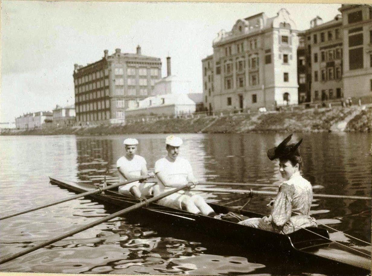 Двойка-скиф в начале Водоотводного Канала. 1905