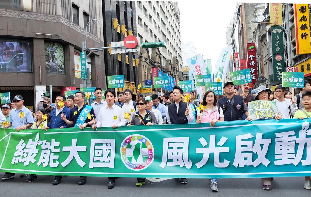 民進黨以執政黨身分加入廢核遊行,表達反核政策不變。賴清德加入遊行,成為焦點。攝影:陳文姿