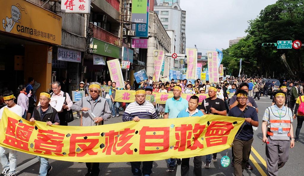 今年上萬人參與反核遊行,由公民團體領軍出發。攝影:陳文姿