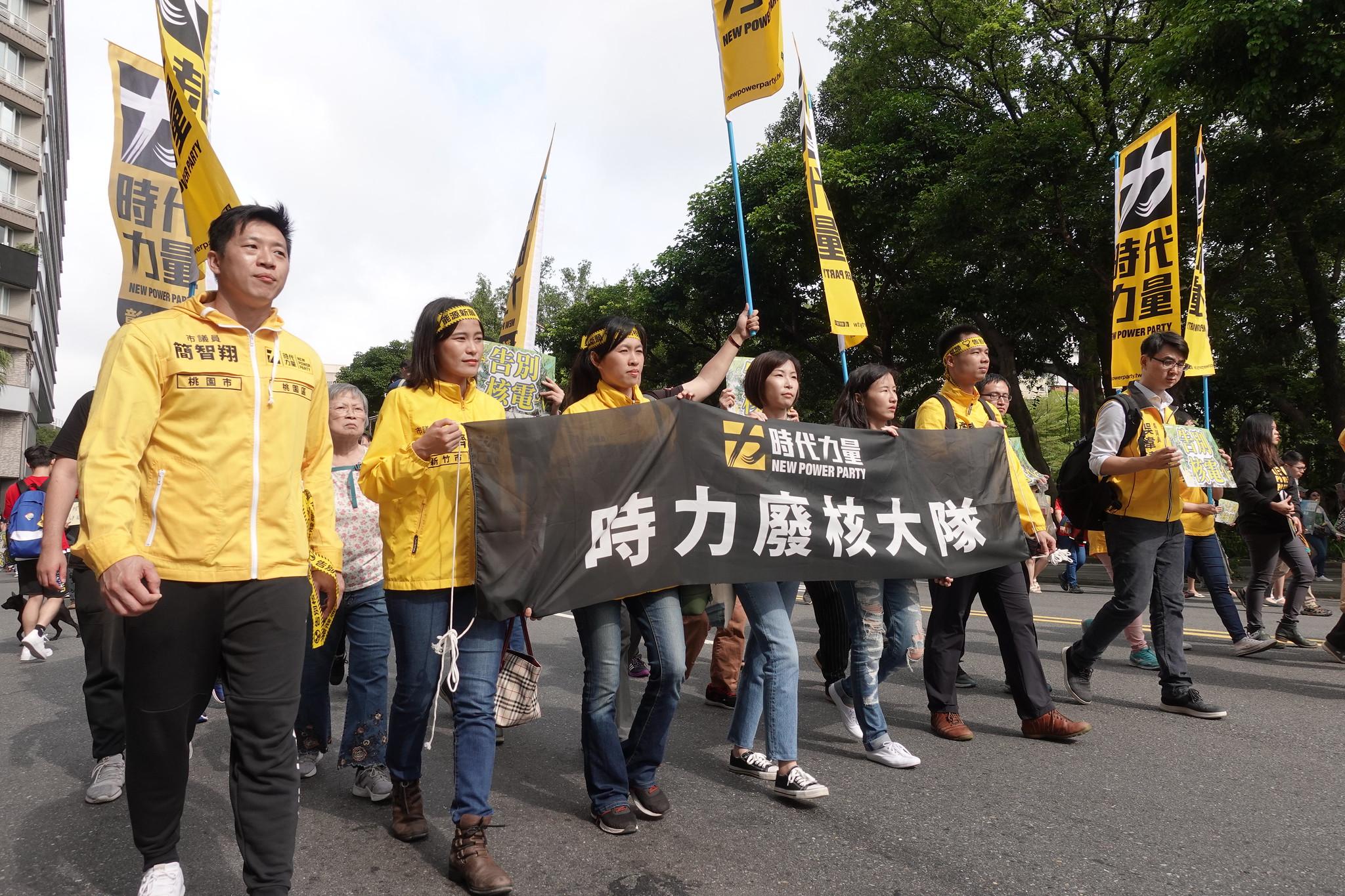 今年有許多政黨參與遊行,圖為時代力量的隊伍。(攝影:張智琦)