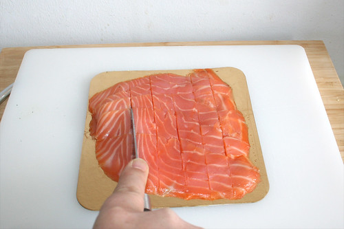 03 - Räucherlachs in Streifen schneiden / Cut smoked salmon in slices