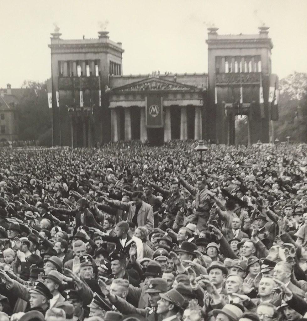 Folla festante per la visita di Mussolini a Monaco nel 1937