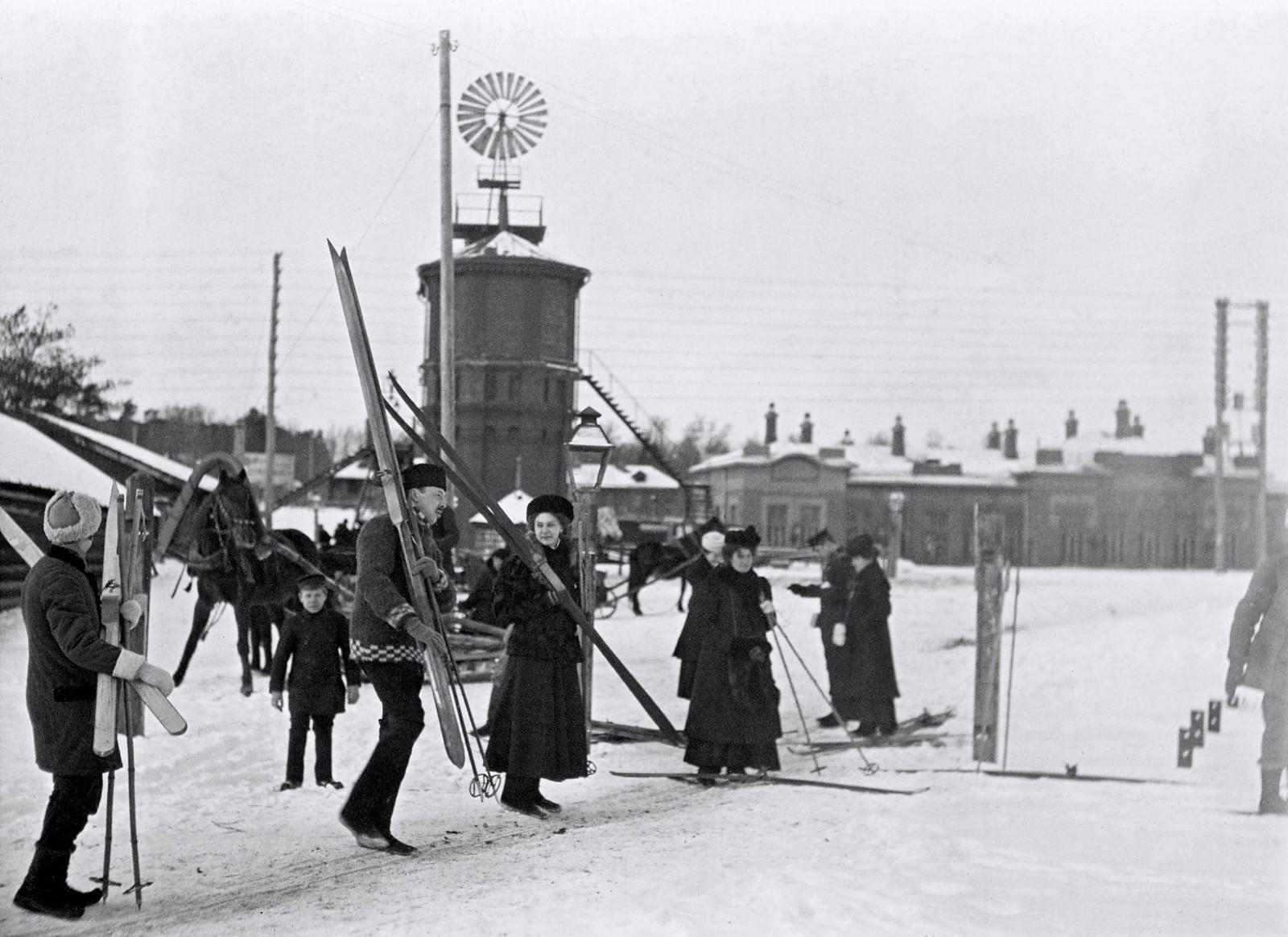 Лыжники на станции Царицыно. Февраль 1910