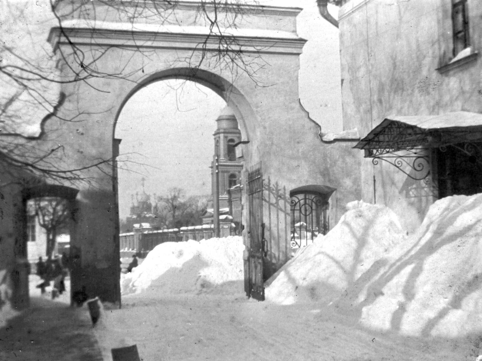 1-я Мещанская улица, 64. Вид из ворот Ольгинской детской больницы. 1905
