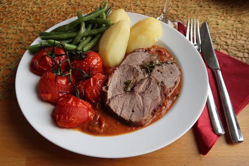 Lammkeule in Tomatensoße, mit heißen Tomaten, Prinzessböhnchen und Salzkartoffeln (mein Teller)