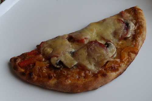 Pizza mit Salami, Champignons und frischer Paprika (mene Hälfte)