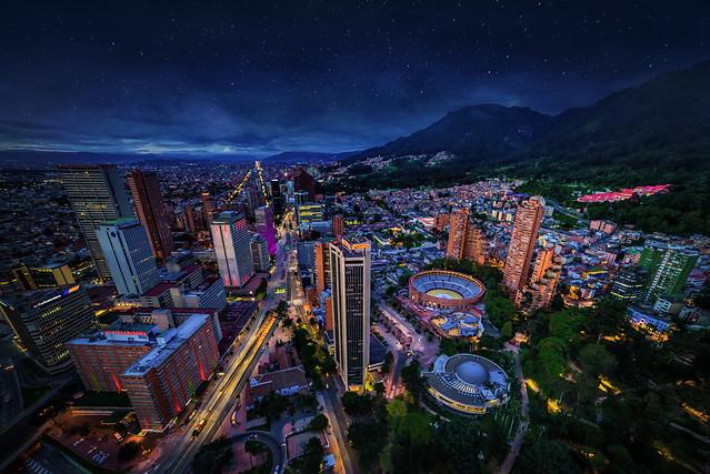 Panorámica de Bogotá nocturna con estrellas 2017