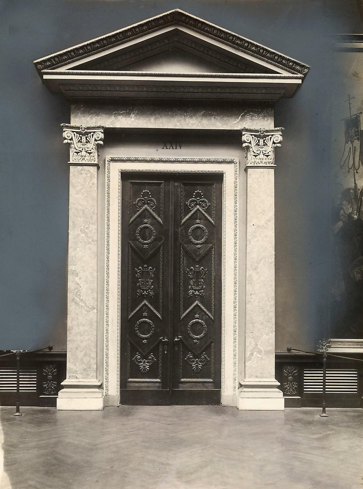18. Дверь в здание