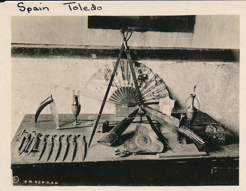 Objetos de damasquinado de Toledo hacia 1915. Fotografía de Edward Manuel Newman. Colección de Laura Valeriano y Paco de la Torre.
