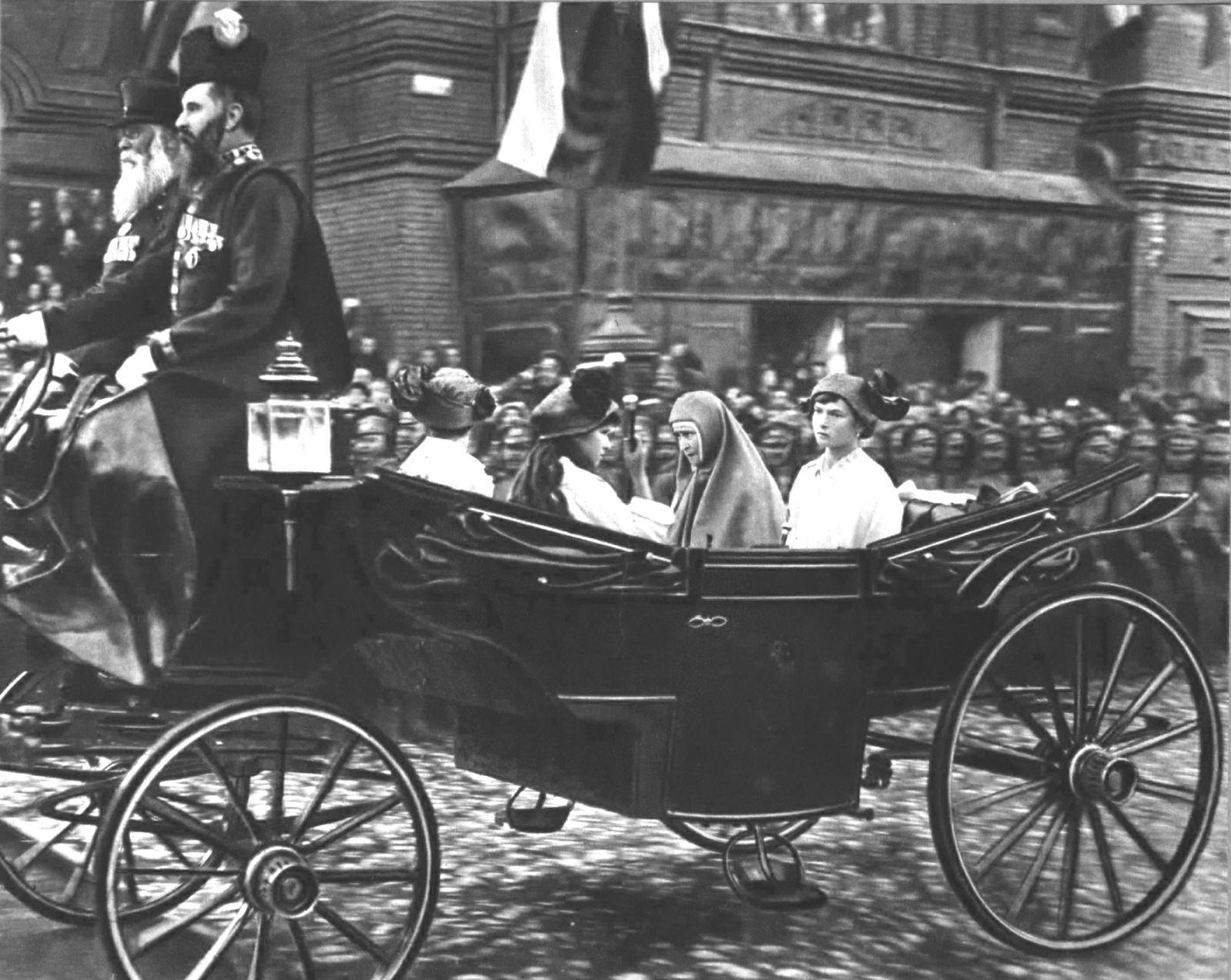 Ее Императорское Высочество Великая Княгиня Елизавета Федоровна и Августейшие дети Их Императорских Величеств